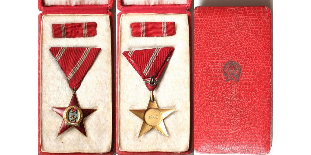 Magyar Népköztársasági Érdemérem arany fokozata, dobozában