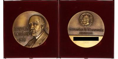 Eötvös Lóránd-díj, dobozában