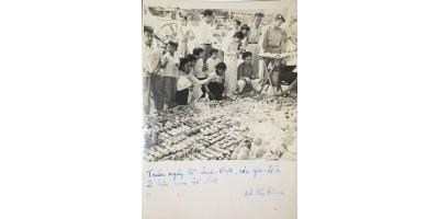 Dél-Vietnam gyerekek katonai játékokkal a piacon fotó