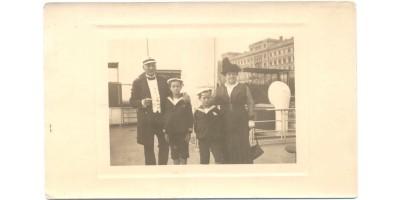 MFTR magyar hajóskapitány családjával fotóképeslap 1910 körül