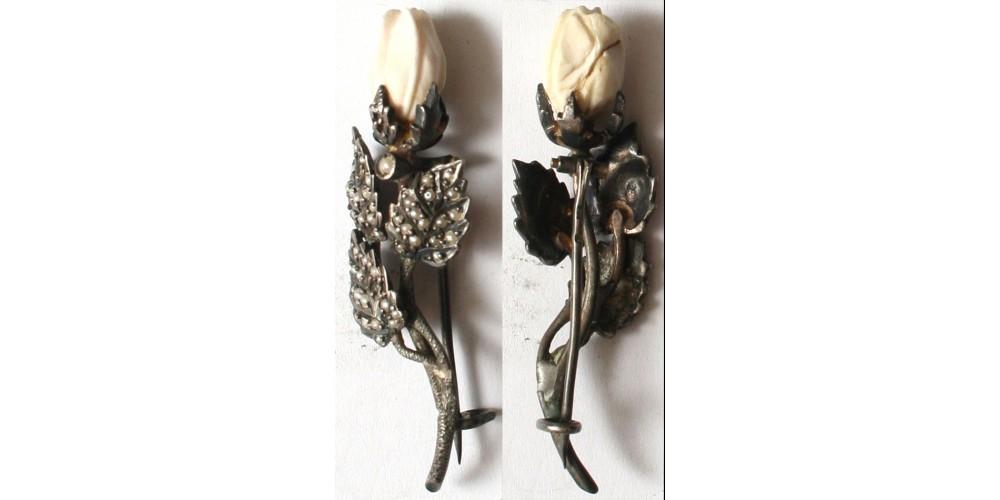 Virágot formázó ezüst bross 1910 körül